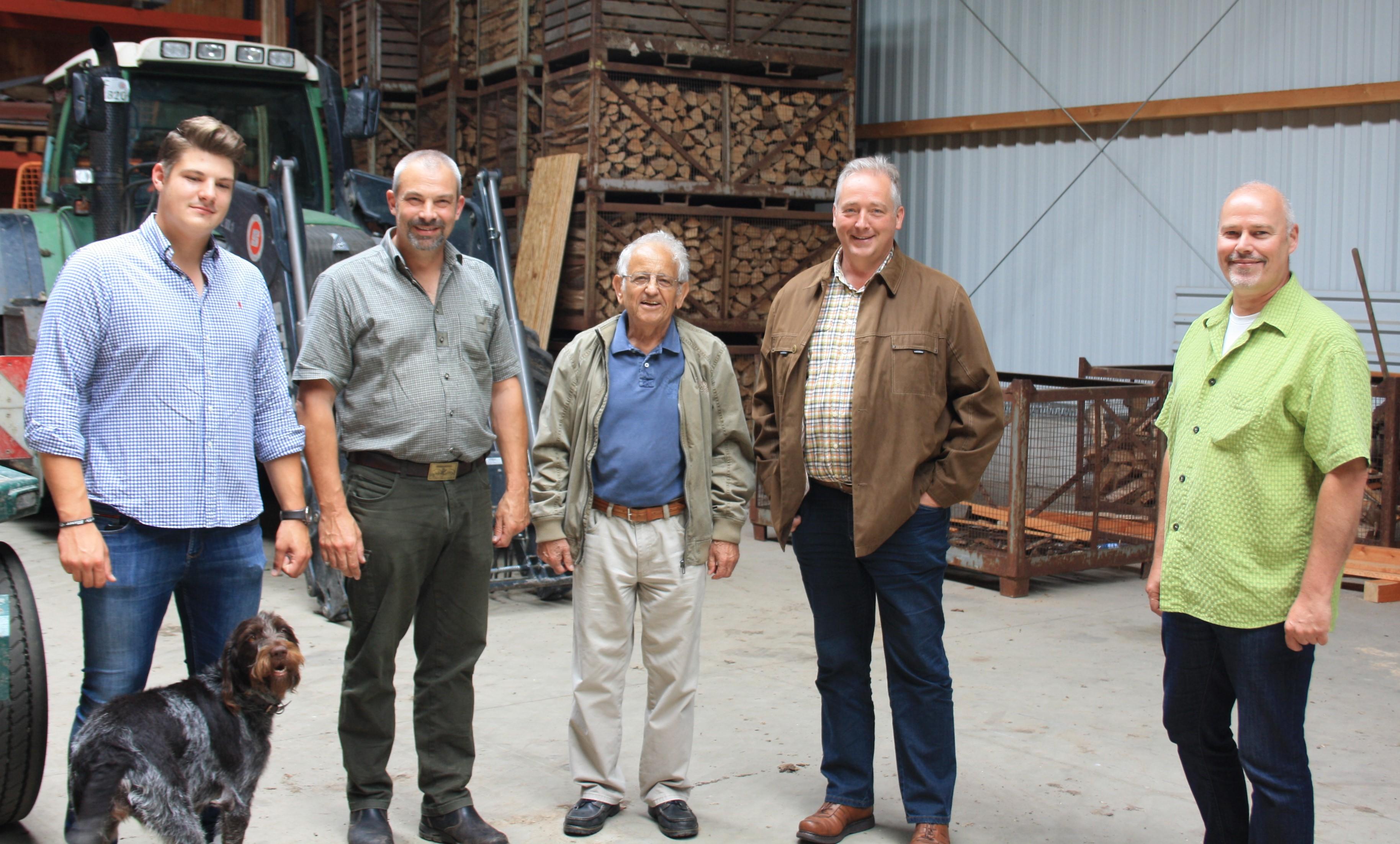 v.l. Lennard Curland, Torsten Curland, Johannes Wolframm, Frank Oesterhelweg und Karsten Ansorge in der neuen Betriebshalle