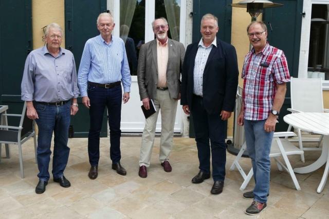 Besuch bei Johann-Friedrich von Veltheim (von links nach rechts Michael Schwarze, Johann-Friedrich von Veltheim, Volker Brandt, MdL Frank Oesterhelweg, Uwe Feder, nicht im Bild Jörg Weber).