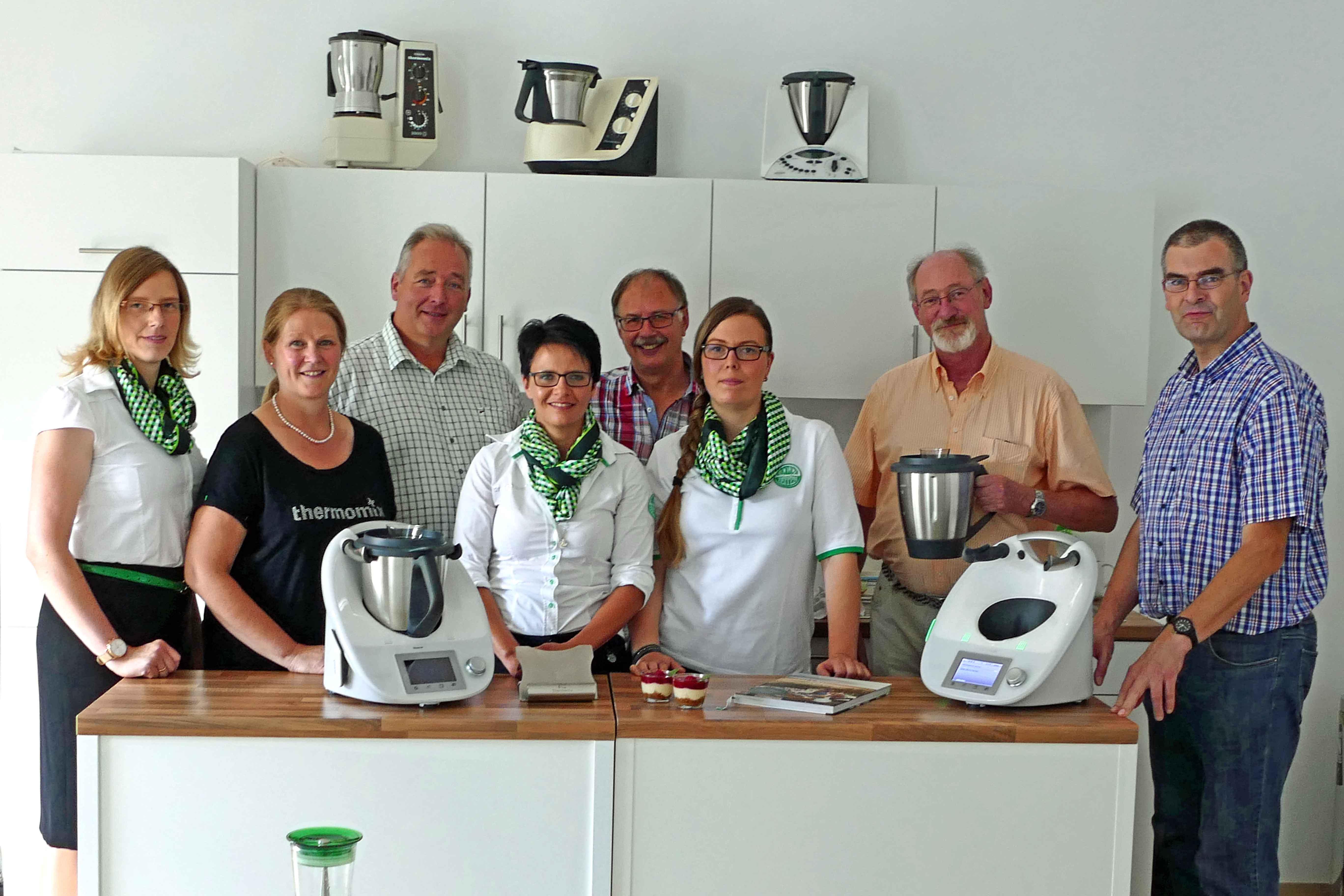 Freuten sich über leckere Kostproben aus der Thermomix-Küchenmaschine: Thermomix-Bezirksleiterin Nadine Ksienzyk mit ihrem Team, MdL Frank Oesterhelweg, Uwe Feder, Volker Brandt und Jörg Weber.