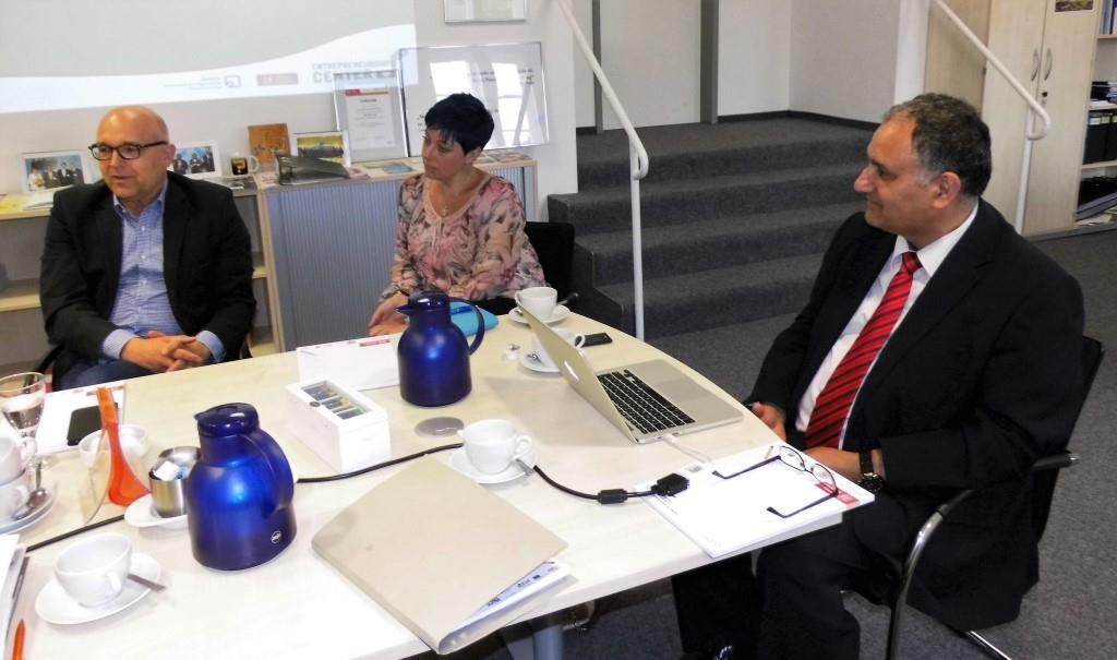 In einen angeregten Meinungsaustausch traten (v. l.) Professor Dr. Winfried Huck (Ostfalia), Sarah Grabenhorst-Quidde (CDU-Landtagskandidatin) und Professor Dr. Reza Asghari (Entrepreneurship).