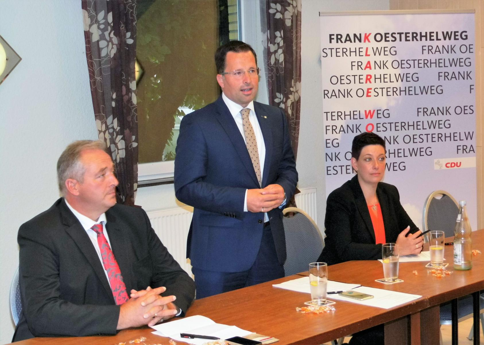 Das Impulsreferat von Kai Seefried (Mitte) als schulpolitischen Sprecher der CDU-Landtagsfraktion verfolgten aufmerksam Frank Oesterhelweg (CDU-Kreisvorsitzender) und Sarah Grabenhorst-Quidde (CDU-Landtagskandidatin).