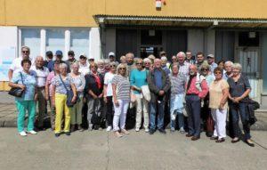 Die CDU-Reisegruppe vor dem ehemaligen Stabsgebäude in der Gedenkstätte Marienborn