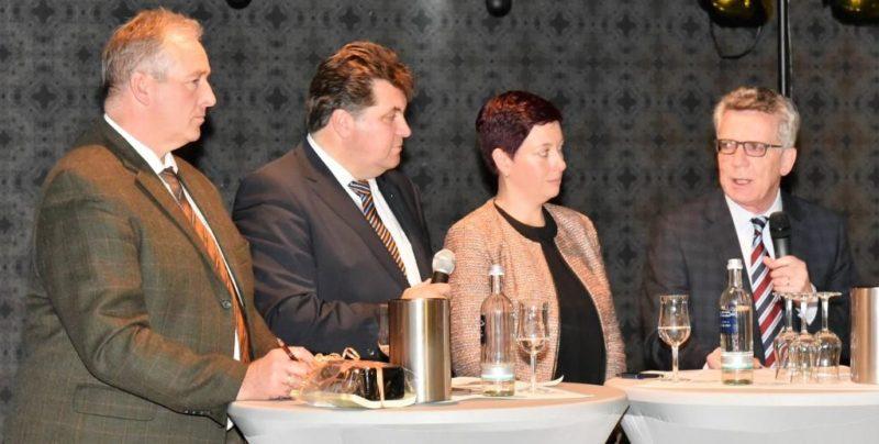 "An der Polit-Talkrunde zum Thema ""Leitkultur"" nahmen (v.l.) Frank Oesterhelweg (MdL), Moderator Uwe Schäfer, Sarah Grabenhorst-Quidde (CDU-Landtagskandidatin) und Minister de Maizière teil."