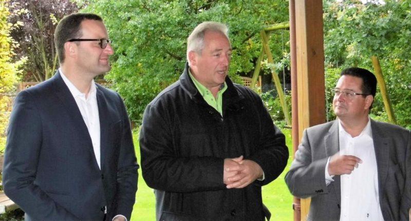 Staatssekretär Jens Spahn (l.) während der Frage- und Diskussionsrunde mit Frank Oesterhelweg (Mitte, MdL) und Mike Hübner (Proficon Immobilien)