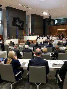 Vizepräsident Frank Oesterhelweg sowie die Schriftführer Hillgriet Eilers (FDP) und Matthias Möhle (SPD) leiten die Sitzung, am Rednerpult CDU-Fraktionschef Dirk Toepffer.