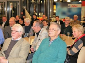 Die CDU-Mitglieder und Freunde kamen im gut gefüllten Foyer der Lindenhalle anläßlich der Gedenkveranstaltung zusammen.