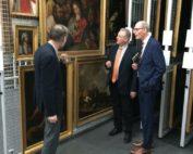 Im Magazin zeigt Jochen Luckhardt einige der verwahrten Schätze seinen Gästen Frank Oesterhelweg und Christoph Plett.