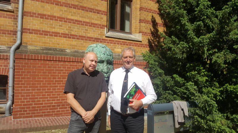 Dr. Fred F. Hattermann und Frank Oesterhelweg MdL vor der Büste von Prof.Dr.Reinhard Süring, ehemaliger Direktor des Meteorologischen Observatoriums
