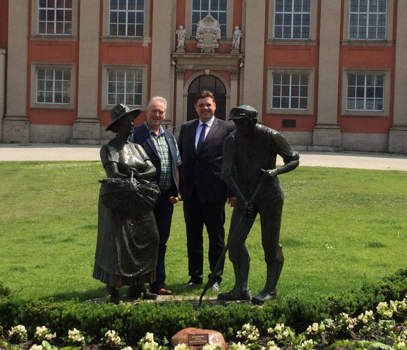 Jens Nacke und Frank Oesterhelweg am Gärtnerdenkmal vor der Trinitatiskirche