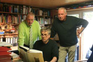 Über die Schulter geschaut - Frank Oesterhelweg und Andreas Glier im Archiv von Jürgen Kumlehn.