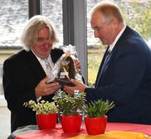 Alexander W. Bauersfeld erhält ein Präsent von Frank Oesterhelweg