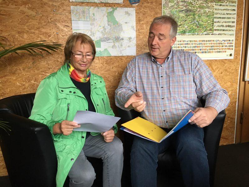 Im Bild: Elke Großer und Frank Oesterhelweg freuen sich über den erfolgreichen Start des Mobiltickets.