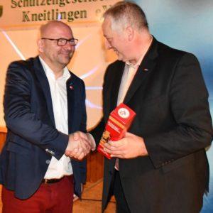 Marc Angerstein (l.) erhielt ein Präsent von Frank Oesterhelweg