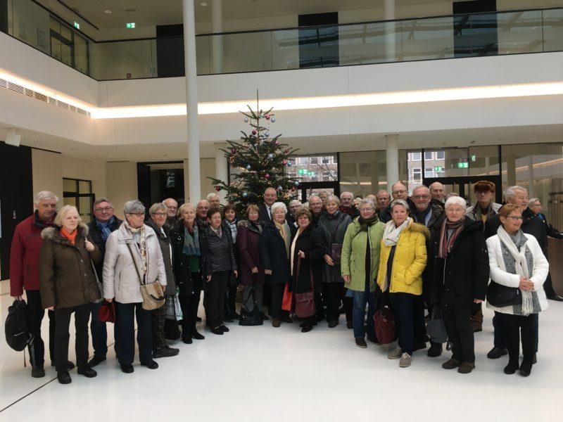 Die Wolfenbütteler CDU-Gruppe versammelt sich vor dem Weihnachtsbaum in der großen Portikushalle des Landtages, der von Bewohnern aus Neuerkerode aufgestellt und geschmückt wurde.