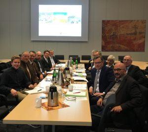 Im Fraktionssaal der CDU trafen sich auf Einladung von Landtagsvizepräsident Frank Oesterhelweg (2. v. l.) Vertreter aus Politik und Verwaltung zum Thema Radwegebau – rechts neben Oesterhelweg Staatssekretär Dr. Berend Lindner.