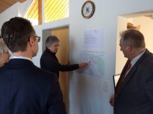 Jürgen Scharberth von ProRad Sickte erläuterte Christiana Steinbrügge, Berend Lindner und Frank Oesterhelweg Vorstellungen zum regionalen Radwegebau.