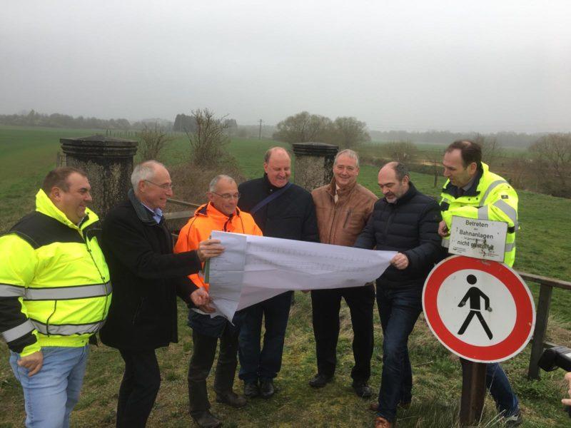 Unser Bild (privat) zeigt Mitarbeiter des Landkreises Wolfenbüttel gemeinsam mit Andreas Memmert und Frank Oesterhelweg am zukünftigen Standort der Brücke.