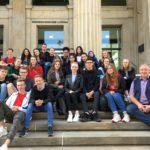 Unser Bild (privat) zeigt die Klasse gemeinsam mit Frank Oesterhelweg auf den Portikus-Stufen, dem Eingang zum Landtag.