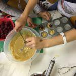 Unser Bilder zeigt fleißige Kinderhände beim Backen